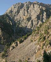 Скалы по бортам долины Дугобы.