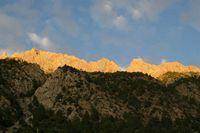 Первый вечер в горах. Окрашенные закатом вершины скал по бортам долины Дугобы.