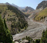 Устье реки Акташ и наш путь подъёма в долину Акташа до бараньих лбов.
