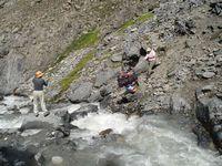 Навесная переправа рюкзаков в каньоне Акташа.