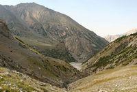 Вид из под бараньих лбов на каньон Акташа и долину Дугобы.