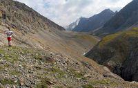 Вид на верховья долины и пик Акташ с бараньих лбов.