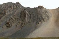 Красивая осыпь и складчатые скалы напротив лагеря в долине Акташа.