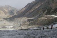 Подъём по леднику к перевалу Акташ.