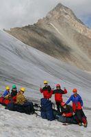 Группа под перевальным взлётом на фоне пика Акташ.