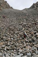 Спуск по осыпи с перевала Акташ.