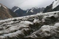 Волны льда на поверхности ледника Дугоба.