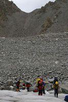 Переход с морены на ледник Дугоба.