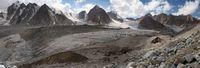 Вид на ледник Егорова с боковой морены. Справа перемычка, по которой мы перешли на лёд.