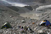 Лагерь на леднике Егорова около озера под ледником Ташкент.