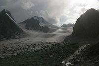 Вечерний вид на верховья ледника Егорова. Слева седловина перевала Авиационный. Правее просматривается наш завтрашний путь подъёма на перевал Дальний.