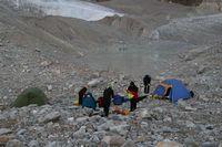 Холодное утро в лагере на леднике Егорова. Озеро за ночь покрылось корочкой льда.