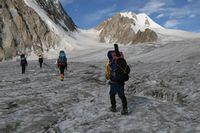 Выход на центр ледника под перевал Авиационный.