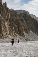 Подъём по леднику Егорова вдоль скал. Трещин здесь нет.
