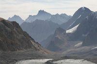 Вид вниз в долину Арчаканыша с пути подъёма по леднику Егорова.