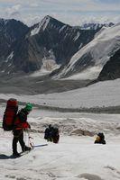 Прохождение в связках зоны трещин в средней части ледника Егорова.