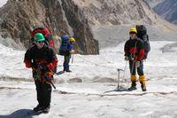 Средняя часть ледника Егорова. Поиск пути меджу трещин.