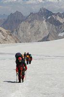 Пологая верхняя часть ледника Егорова. Ледник закрыт, идём в связках.