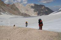 Вид с седловины перевала Дальний на путь подъёма по леднику Егорова.