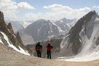 Разведка спуска с перевала Дальний. Слева на горизонте виден ледник Абрамова.
