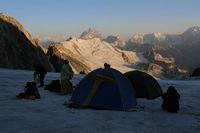 Лагерь на леднике Дальний с видом на Памир.