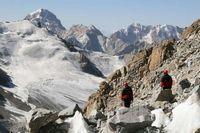 Разведка спуска в обход ледопада по осыпи на леднике Дальний.