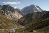 Чуть выше устья Уллукола дорога переходит на правый берег реки Караказык Южный, чтобы обойти виднеющийся впереди каньон в устье.