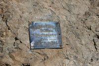 Памятная табличка пермской туристке Галине Баяндиной, погибшей здесь в лавине 1981 году.