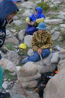 Долина реки Караказык Южный. Лагерь в устье Уллукола. Варим ужин на костре из принесённых снизу дров.
