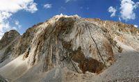 Складчатые скалы напротив лагеря на дороге под перевалом Караказык.
