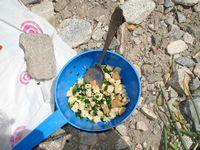 Замечательный луковый салат. Рецепт простой: дикий лук собрать, нарезать, размять с солью, добавить приготовленный отдельно из сублимата омлет, сухари и всё это перемешать.