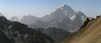 Вид с перевала Караказык на пик Текелик. Слева в дымке видны пик Коммунизма и пик Корженевской, до которых отсюда примерно 100 км.
