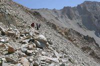 Перевал Караказык. На спуске с плато на ледник дорога почти исчезла под обвалами.