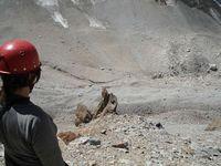 Перевал Караказык. Вид сверху на спуск с плато. До засыпанного ледника пришлось спускаться по крутой 30-ти градусной осыпи. Первый готов - пошёл...