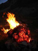 В верховьях реки Караказык Северный. Вечерний костёр из деревянного ежа. Кизяк пока ждёт своей очереди.