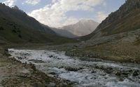 Утро на дороге в верховьях реки Караказык Северный. Вид вверх по долине.