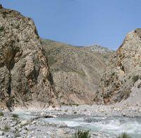 В каньоне реки Арча-баши. Дорога исчезла. Тропа идёт по дну каньона.