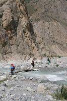 В каньоне реки Арча-баши. Мостики на тропе, идущей по дну каньона.