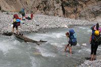 В каньоне реки Арча-баши. Очередной коварный мостик на тропе, идущей по дну каньона.