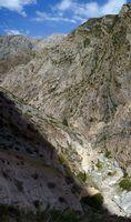В каньоне реки Аксу дорога идёт высоко над рекой.