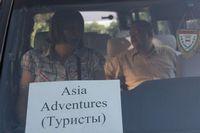 Путешествие по Узбекистану. Такая вот табличка на лобовом стекле нашего микроавтобуса действует как настоящая охранная грамота от всех представителей местной власти на дорогах.