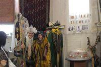 Путешествие по Узбекистану. Самарканд. Развлекаемся: Андрей в костюме дервиша и Анна в настоящей парандже.