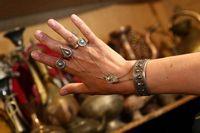 Путешествие по Узбекистану. Самарканд. Старинные восточные украшения из серебра можно померить и купить.