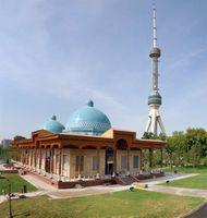 Путешествие по Узбекистану. Ташкент. Мечеть в комплексе мемориала жертвам политических репрессий и знаменитая ташкентская телебашня.